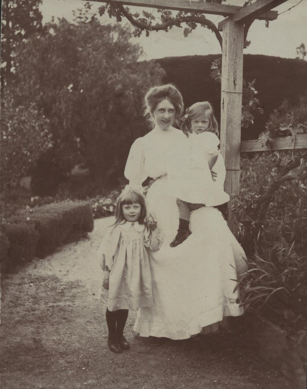 Gertrude & Nieces 1908